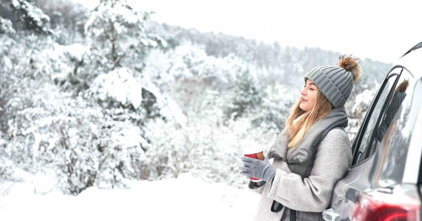 exterieur femme adossee voiture hiver