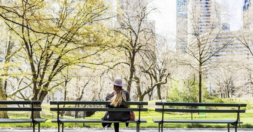 Exterieur femme assise sur un banc de dos.jpg