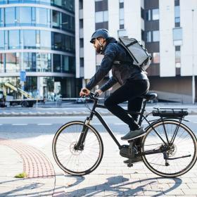 Homme qui fait du vélo