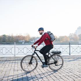 Homme sur un vélo