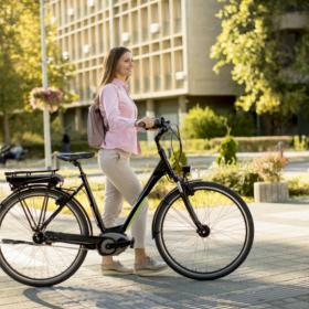 Une femme avec un vélo